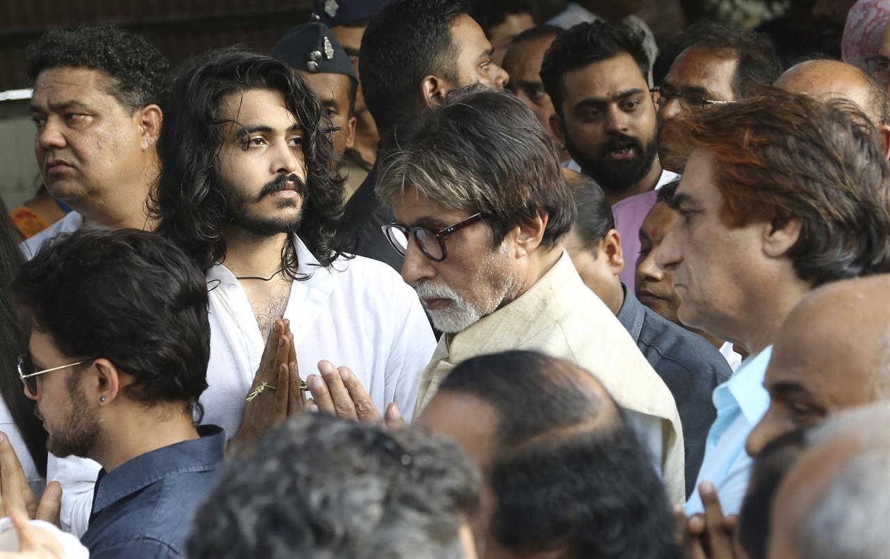 Bollywood actor Amitabh Bachchan, center, greets Sakshi Khanna in white, son of the Bollywood actor turned politician Vinod Khanna during Khanna's funeral in Mumbai, India, Thursday, April 27, 2017. Khanna died of cancer on Thursday, a hospital official said. He was 70.