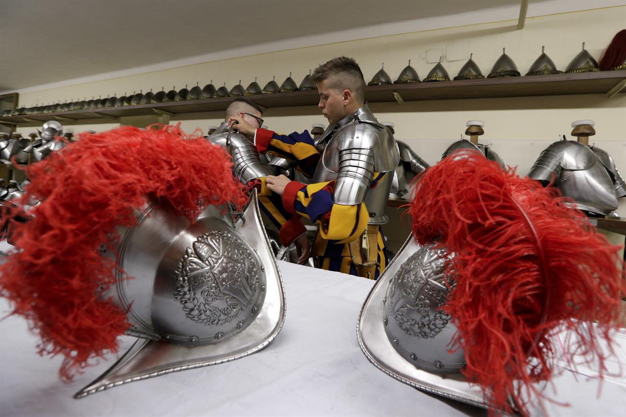 World's oldest standing army has 40 new Swiss Guards | AM