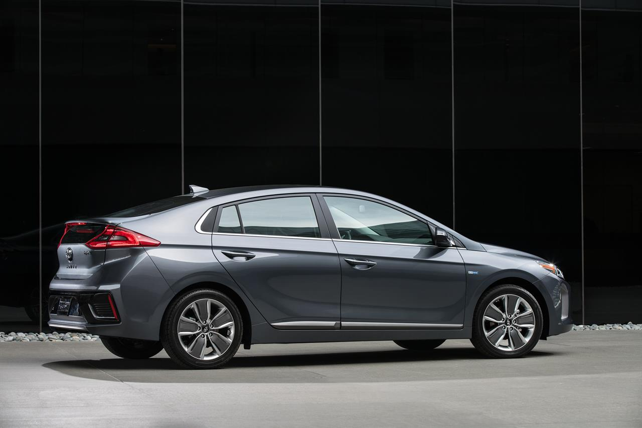 The 2017 Ioniq Hybrid Is Hyundai S Fuel Efficient Challenger To Toyota Prius America Best Ing Gasoline Electric