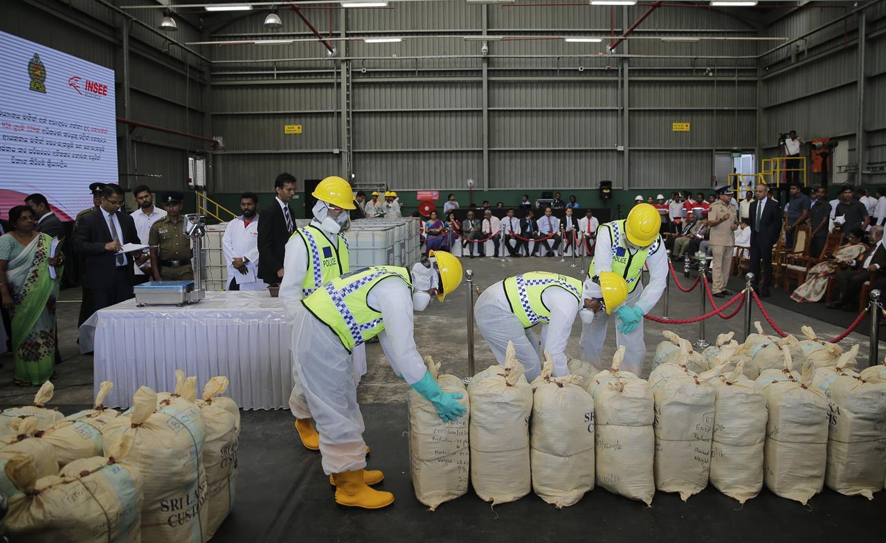 Sri Lanka police destroy record seizure of cocaine   AM 1440