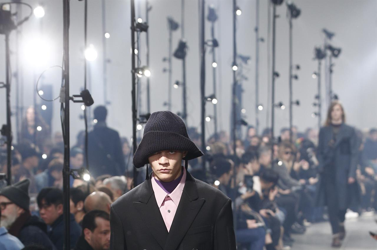 1966c1201 A model wears a creation for the Lanvin men's Fall-Winter 2018/2019 fashion  collection presented in Paris, Sunday, Jan. 21, 2018. (AP Photo/Thibault  Camus)