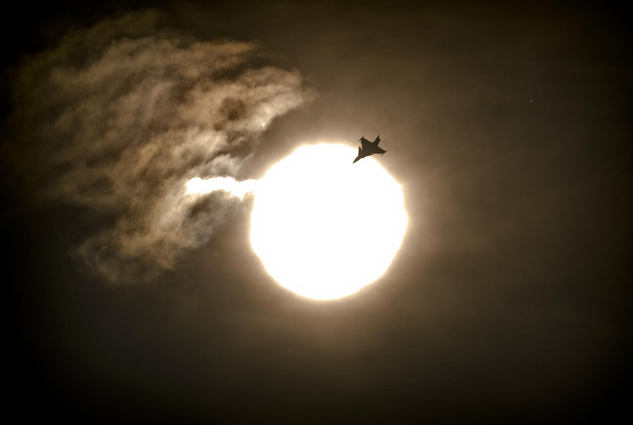 Thousands watch aerobatics at Romania's intl air show | AM