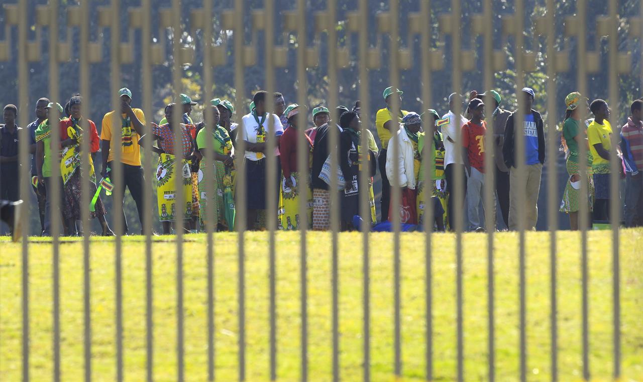 A subdued Zimbabwe inaugurates Mnangagwa after disputed vote