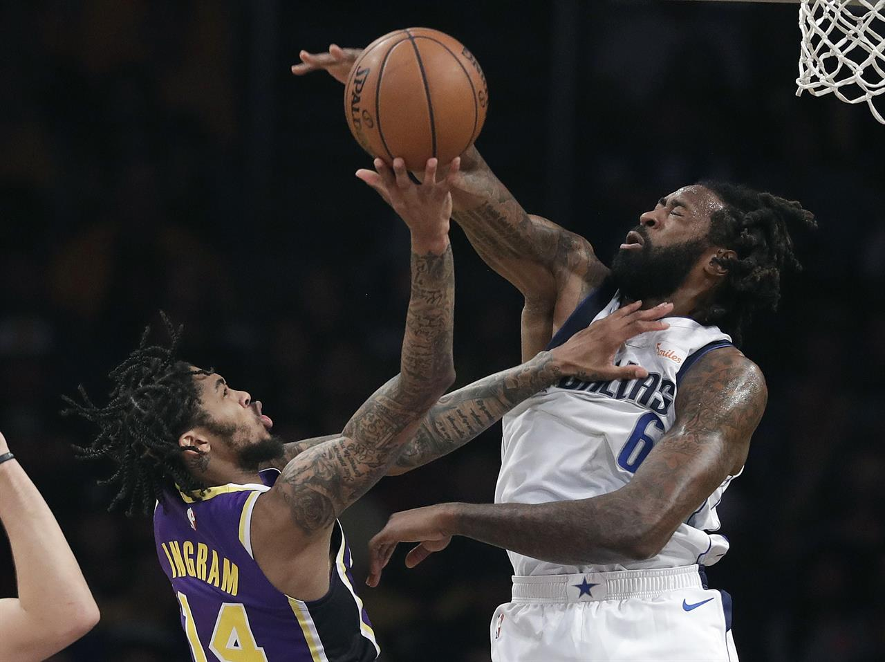 2ac98bbaaa2 James  free throw gives Lakers 114-113 win over Mavericks