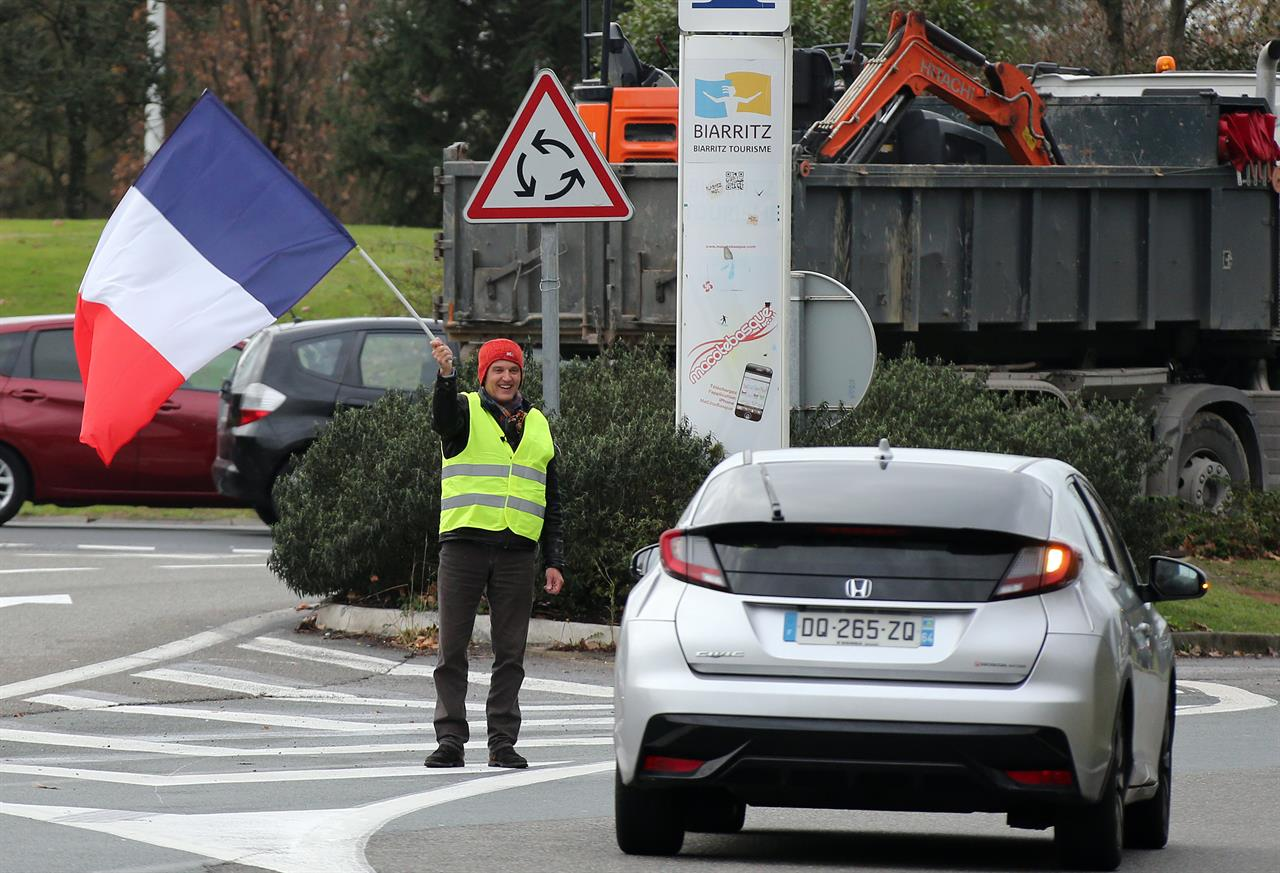 France sees 6th yellow vest protester die in road accident | AM 1380