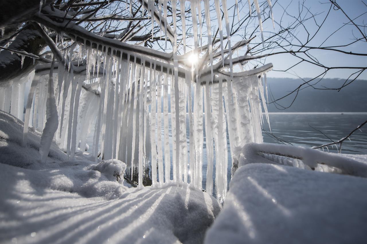 Snow High Winds Paralyze European Airports Claim Lives Am 1190