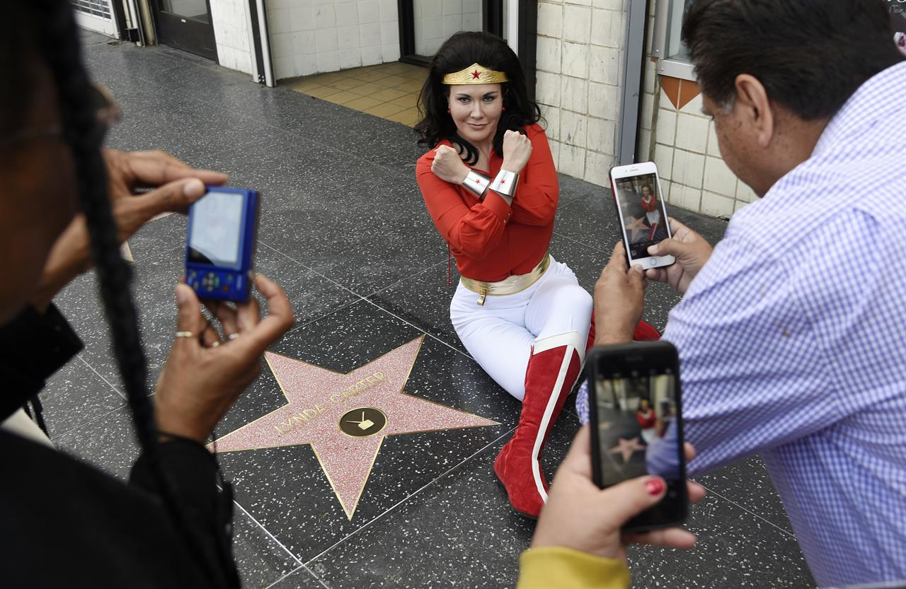 Tvs Wonder Woman, Lynda Carter, Added To Walk Of Fame -8384