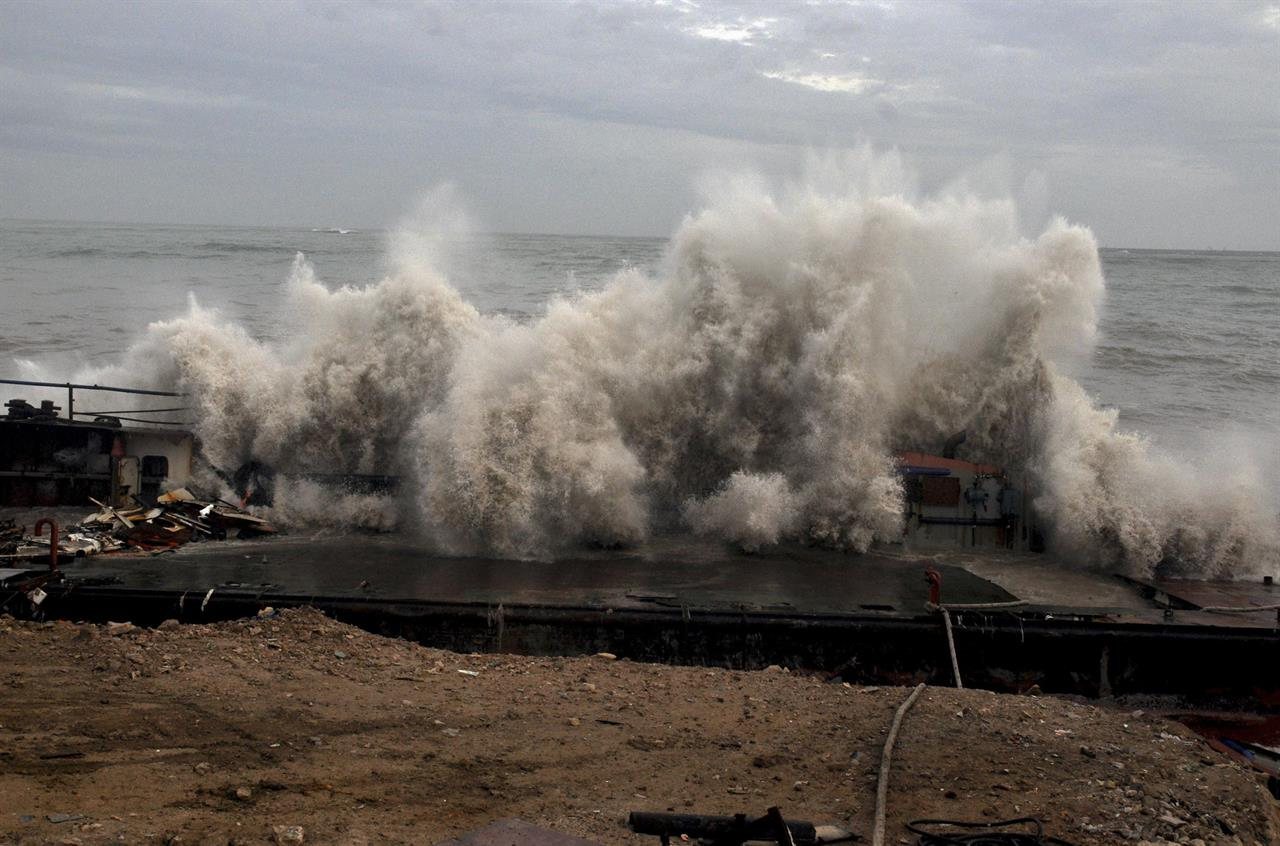 Cyclone batters fishing hub but veers away from Indian coast | The
