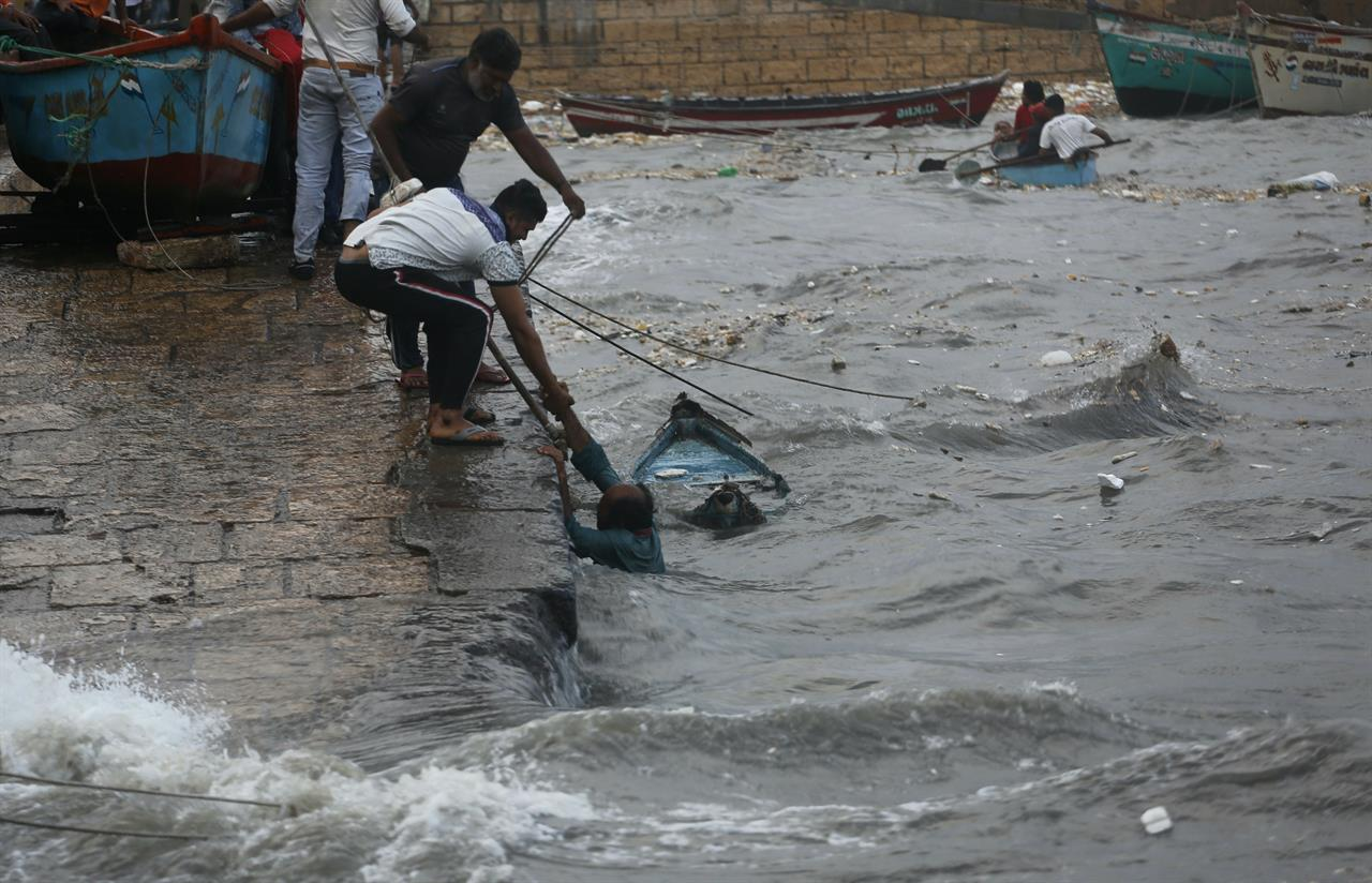 Cyclone batters fishing hub but veers away from Indian coast | AM