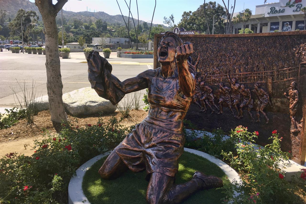 Rose Bowl statue honors Brandi Chastain's '99 World Cup win