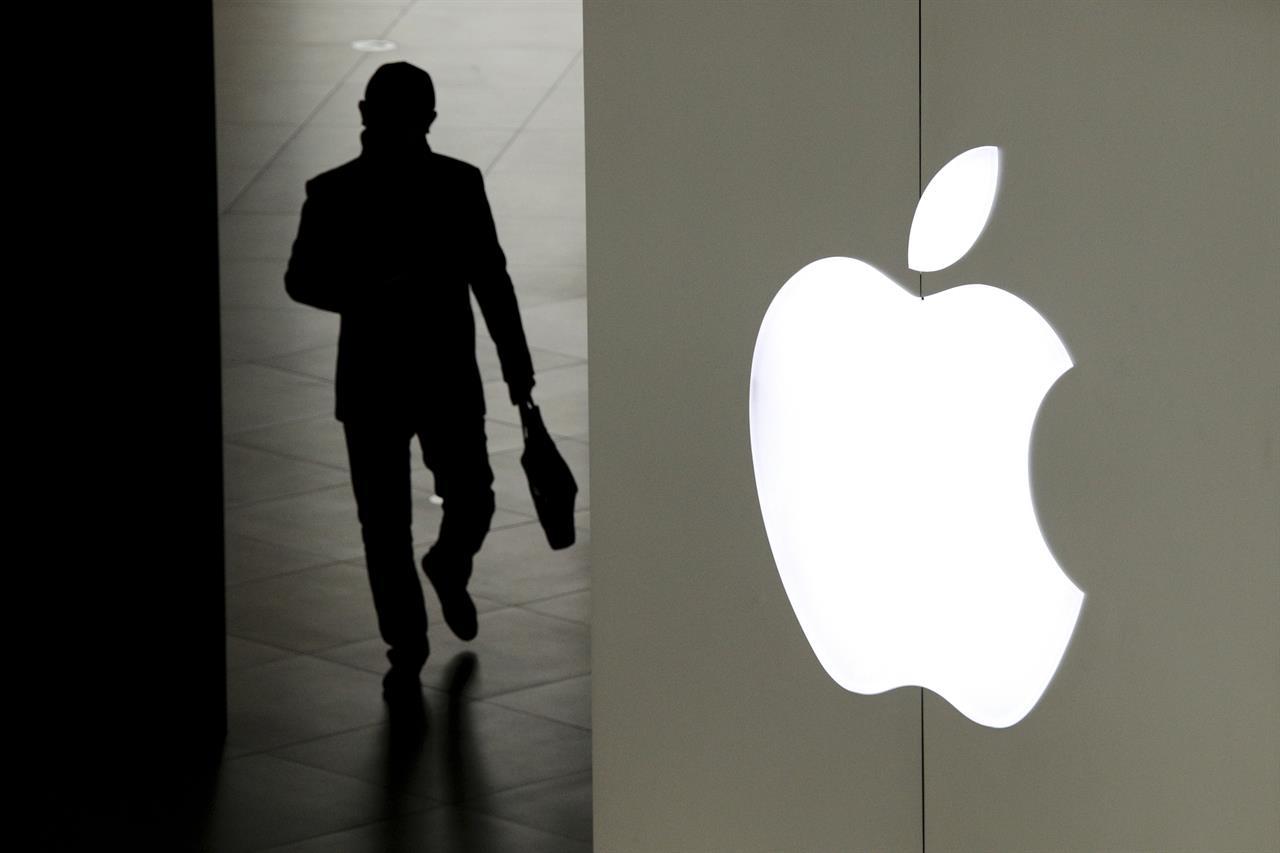 نتيجة بحث الصور عن man tries a new iPhone model in an Apple group store