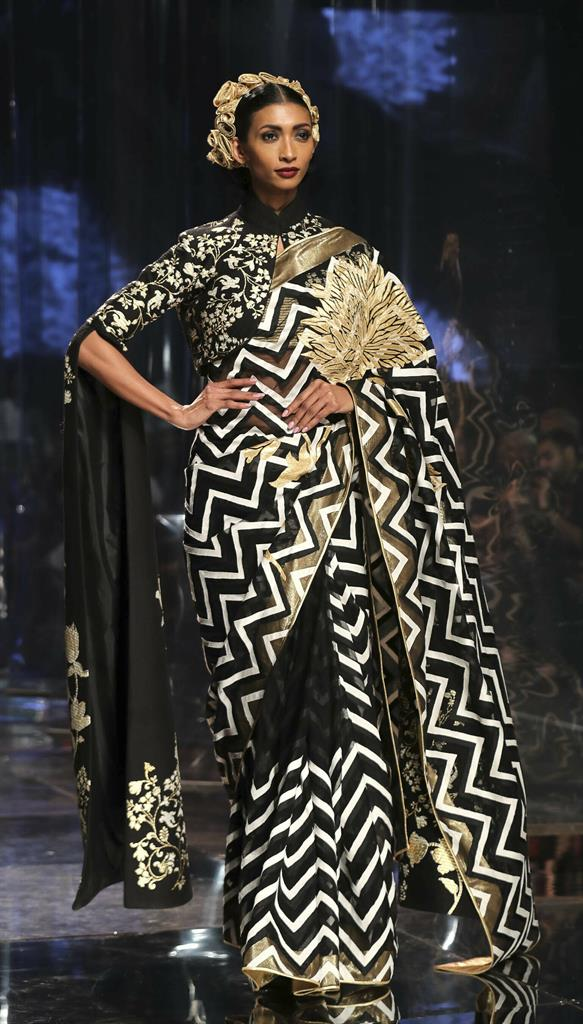 Ap Photos Saris Stand Out On Indian Fashion Runway Am 920 The Answer Atlanta Ga