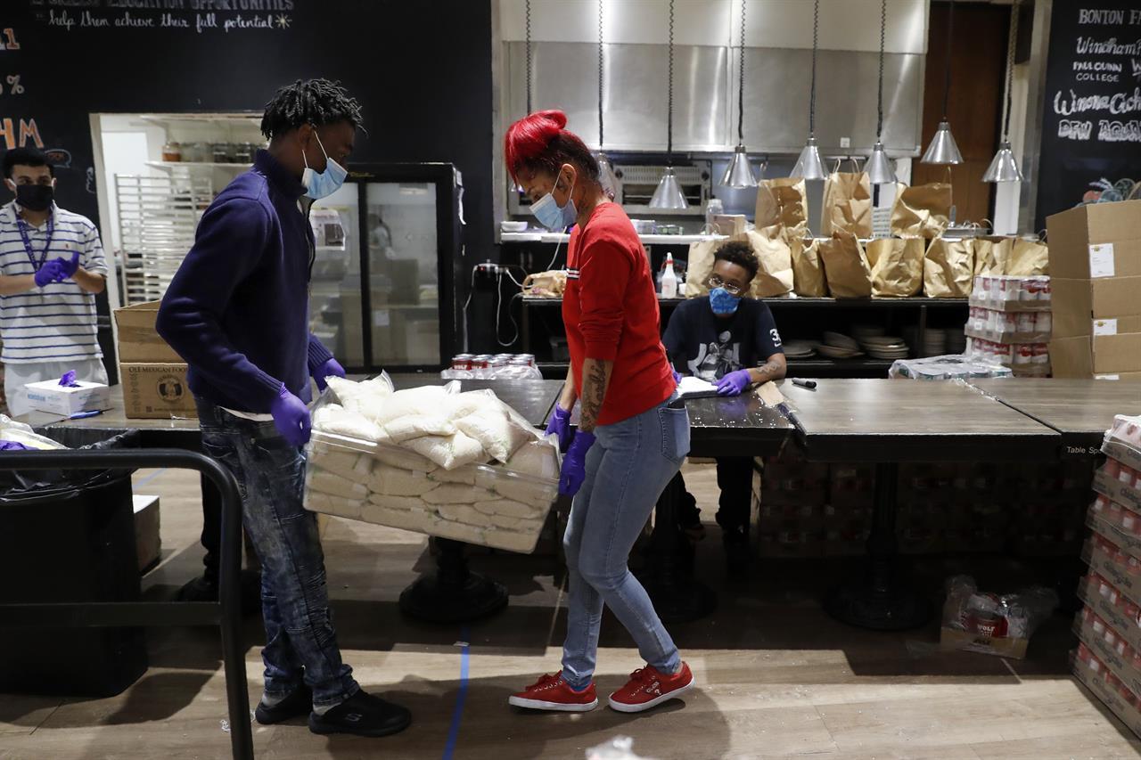 Teens at Dallas cafe make meal kits for needy amid COVID-19