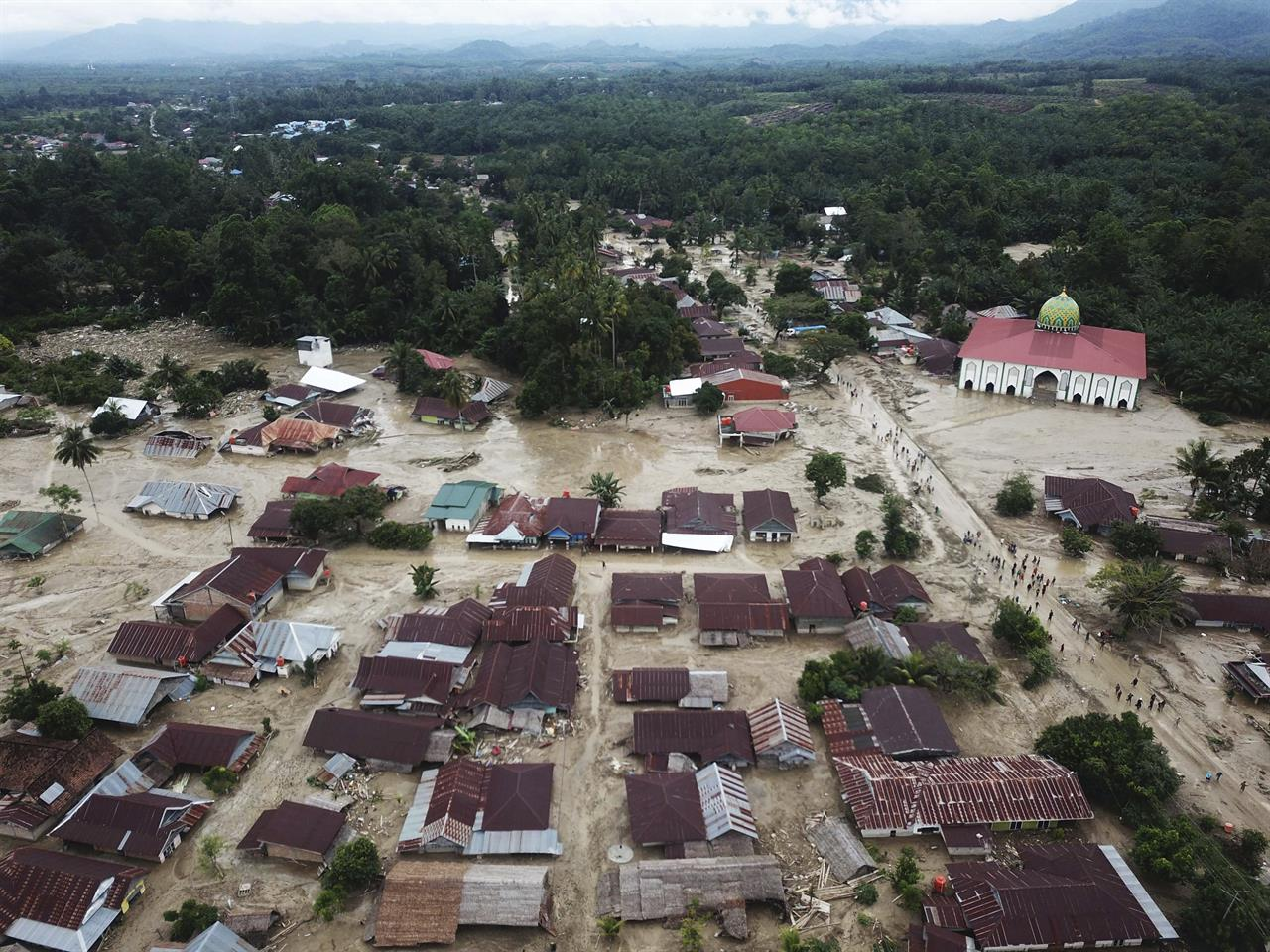 Death toll in Indonesia flash floods rises to 32; 16 missing