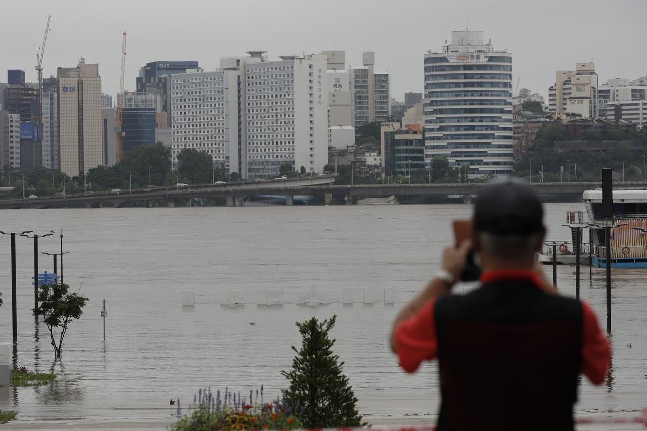 1 dead, 5 missing as boats overturn in S. Korea floodwaters