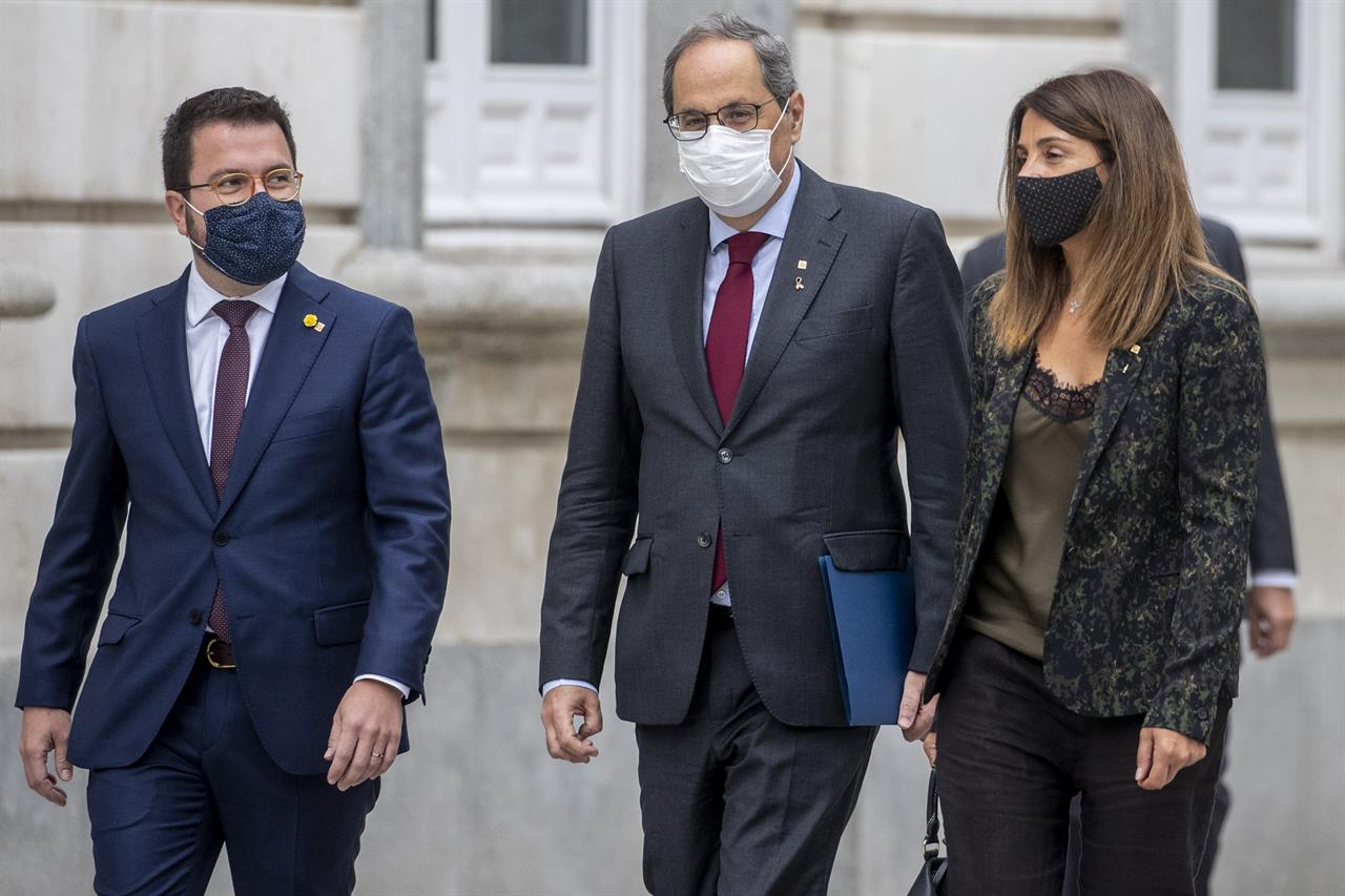 Catalan regional President Quim Torra, center, arrives at the Spanish Supreme Court in Madrid, Spain, Thursday, Sept. 17, 2020. Spain's Supreme Court is hearing closing arguments over whether to uphold or overturn the barring from public office of Catalonia's separatist-minded regional leader. (AP Photo/Manu Fernandez)