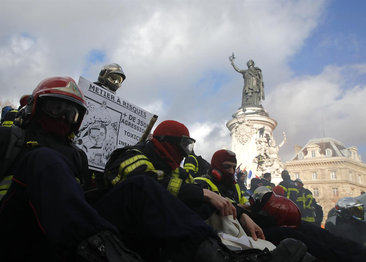 Tensions as Paris police face off against firefighters