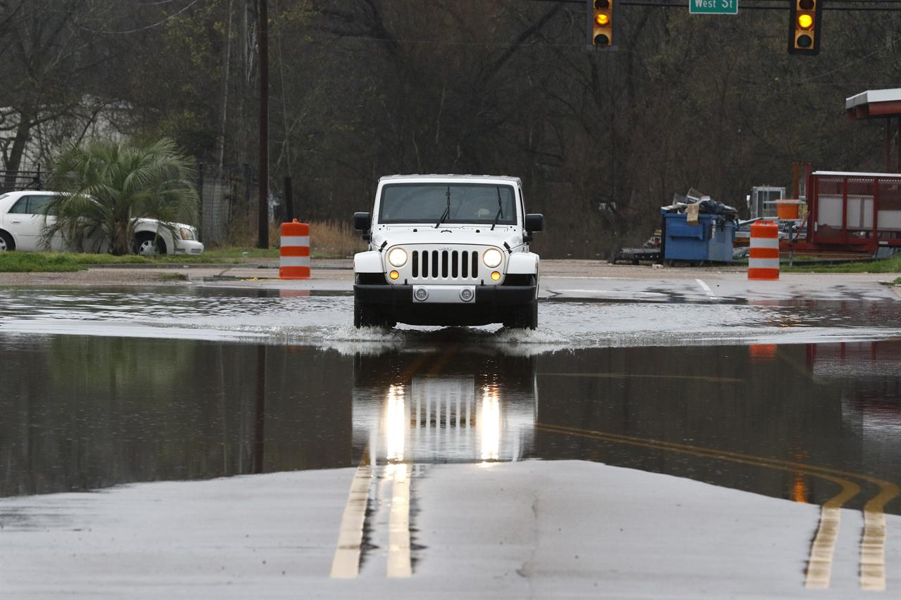 Floods put Mississippi capital in 'precarious situation'