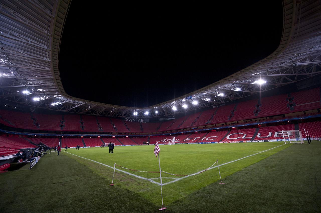 ARCHIVO - En imagen de archivo del miércoles 10 de diciembre de 2014, se muestra una vista general del estadio San Mamés de Bilbao, en el norte de España. El viernes 23 de abril del 2021, Bilbao y Dublín perdieron su lugar como sedes de la próxima Eurocopa al no poder garantizar el ingreso de la cantidad de aficionados al estadio requerida por la UEFA debido a la pandemia de coronavirus. (AP Foto/Álvaro Barrientos, archivo)