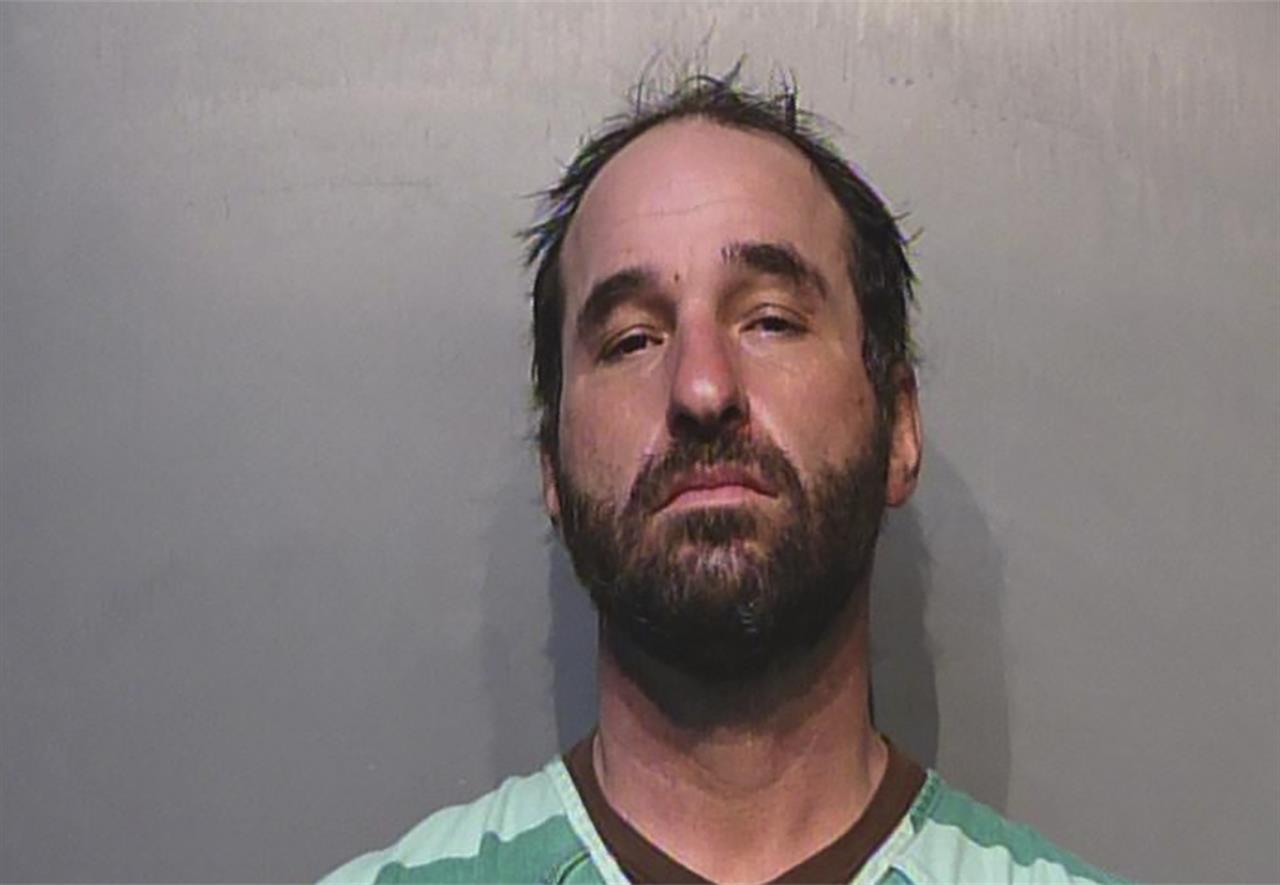 Douglas Jensen en una foto proporcionada por la Cárcel del Condado de Polk (Iowa).  Las autoridades arrestaron a Jensen, de Des Moines, Iowa, por su presunta participación en el asalto al Capitolio estadounidense por parte de simpatizantes del presidente Donald Trump. El sargento de policía Paul Parizek dijo el sábado 9 de enero del 2021 que agentes apoyados por el FBI arrestaron a Jensen el viernes por la noche en su casa. (Cárcel del Condado de Polk (Iowa) vía AP)